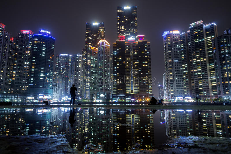 Ουρανοξύστες στη θαλάσσια πόλη σε Busan τη νύχτα στοκ εικόνες