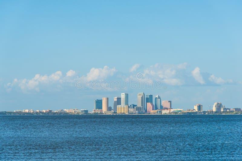 Ουρανοξύστες στη στο κέντρο της πόλης Τάμπα που βλέπει από το πάρκο Vinoy σε Άγιο Πετρούπολη στοκ φωτογραφία