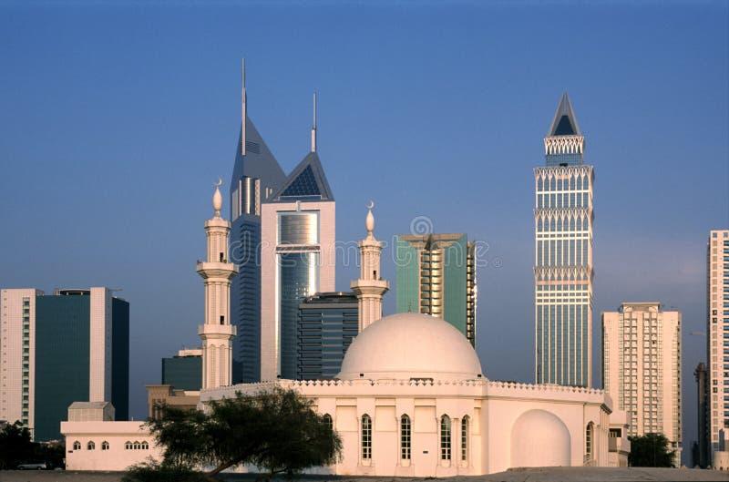 Ουρανοξύστες στο Ντουμπάι, Ε.Α.Ε. με το μουσουλμανικό τέμενος στο πρώτο πλάνο στοκ φωτογραφία