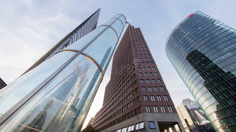 Ουρανοξύστες στο potsdamer platz στο Βερολίνο Είναι μια σημαντική διατομή δημόσια πλατειών και κυκλοφορίας στο κέντρο του Βερολίν στοκ φωτογραφία με δικαίωμα ελεύθερης χρήσης