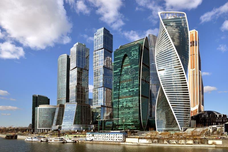 Ουρανοξύστες της Μόσχας ενάντια στο μπλε ουρανό και τα σύννεφα Ρωσία στοκ φωτογραφίες με δικαίωμα ελεύθερης χρήσης