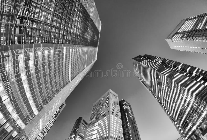 Ουρανοξύστες Shimbashi όπως βλέπει από το επίπεδο οδών, Τόκιο τη νύχτα στοκ φωτογραφία