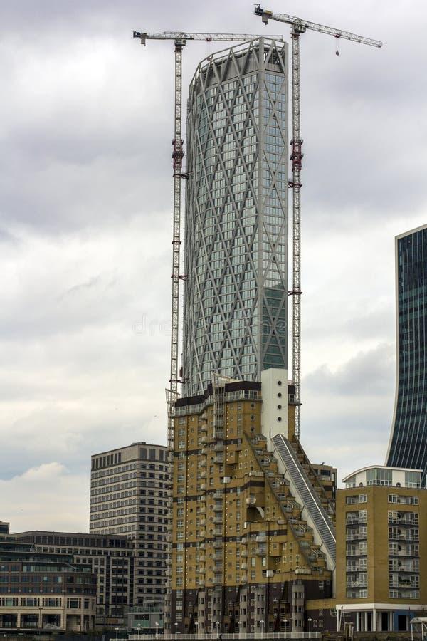 Ουρανοξύστης κάτω από την κατασκευή στο κεντρικό Λονδίνο Πολυκατοικίες Κατοικημένα κτήρια που αγνοούν τον Τάμεση Υψηλοί γερανοί στοκ φωτογραφία με δικαίωμα ελεύθερης χρήσης