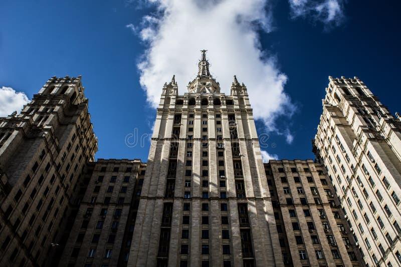 Ουρανοξύστης και μπλε ουρανός του Στάλιν ` s στοκ εικόνα με δικαίωμα ελεύθερης χρήσης