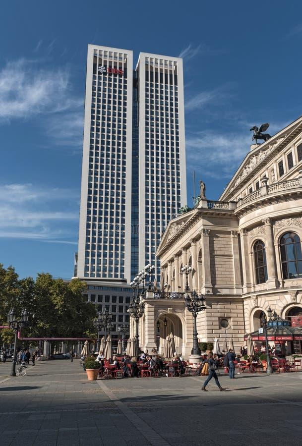 Ουρανοξύστης και Όπερα Alte Oper στη Φρανκφούρτη, Γερμανία στοκ εικόνες με δικαίωμα ελεύθερης χρήσης