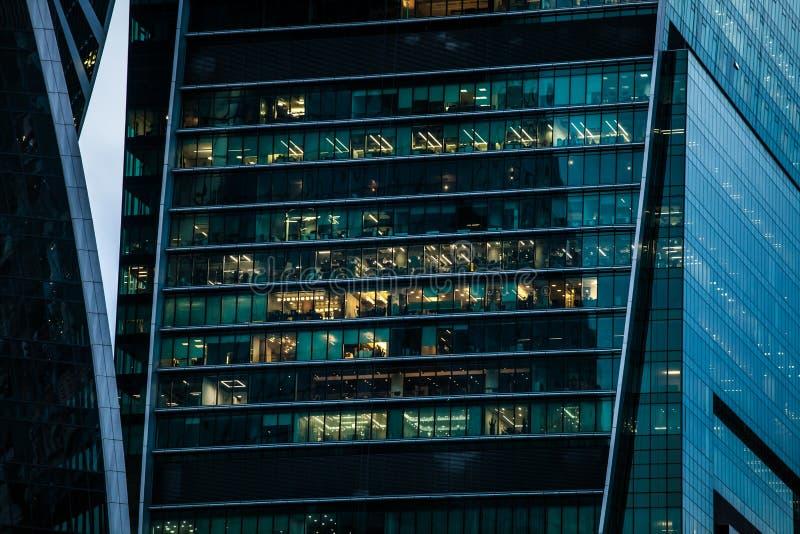 Ουρανοξύστης με τα παράθυρα γραφείων στοκ εικόνες
