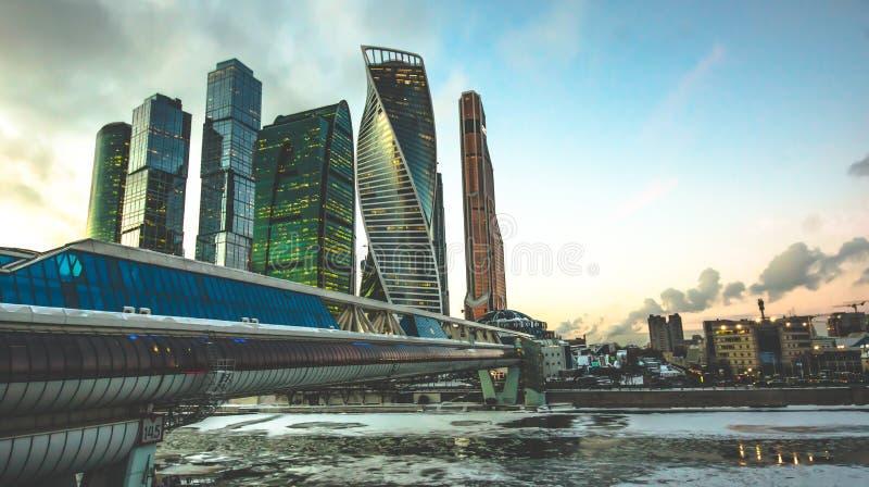 Ουρανοξύστης πόλεων της Μόσχας, διεθνές επιχειρησιακό κέντρο της Μόσχας στο χρόνο λυκόφατος με τον ποταμό της Μόσχας, εναέρια άπο στοκ φωτογραφία με δικαίωμα ελεύθερης χρήσης