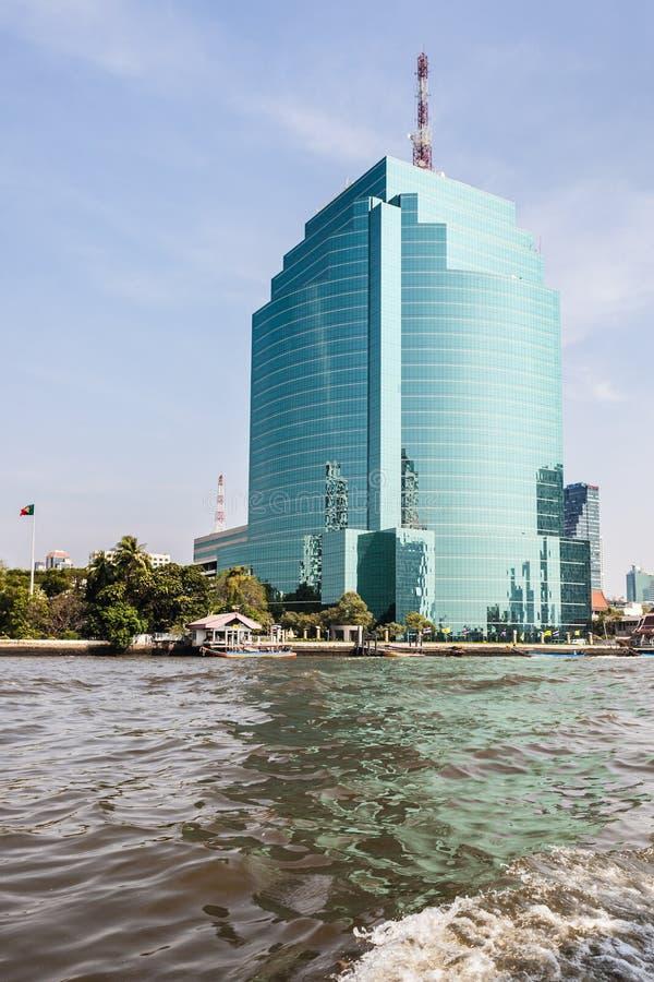 Download Ουρανοξύστης στην όχθη ποταμού Στοκ Εικόνες - εικόνα από πόλη, ταϊλάνδη: 62711410