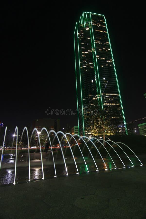 Ουρανοξύστης στο στο κέντρο της πόλης Ντάλλας τη νύχτα στοκ εικόνα με δικαίωμα ελεύθερης χρήσης