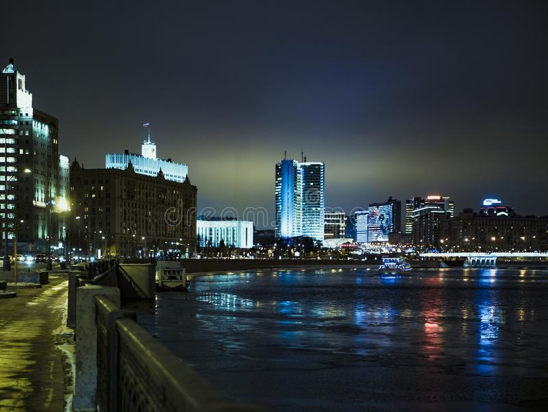 Ουρανοξύστης της Μόσχας νύχτας στον ποταμό στοκ φωτογραφία με δικαίωμα ελεύθερης χρήσης