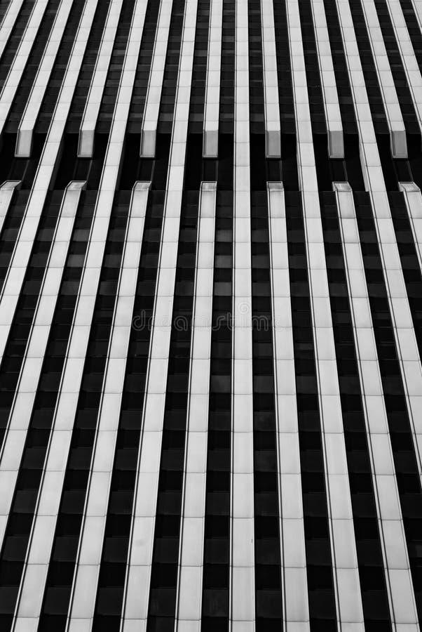 Ουρανοξύστης Frontage της Νέας Υόρκης - που επιβάλλει το κάθετο ευθυγραμμισμένο οικοδόμημα σε γραπτό στοκ φωτογραφία με δικαίωμα ελεύθερης χρήσης