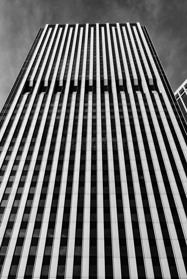 Ουρανοξύστης Frontage της Νέας Υόρκης - που επιβάλλει το κάθετο ευθυγραμμισμένο οικοδόμημα με να περιβάλει ουρανού σε γραπτό στοκ φωτογραφίες με δικαίωμα ελεύθερης χρήσης