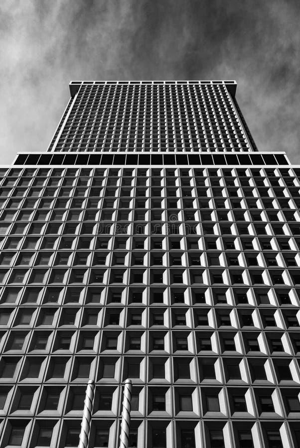 Ουρανοξύστης Frontage της Νέας Υόρκης - που επιβάλλει το οικοδόμημα σε γραπτό στοκ εικόνες