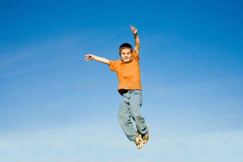 ουρανός άλματος αγοριών στοκ φωτογραφία με δικαίωμα ελεύθερης χρήσης