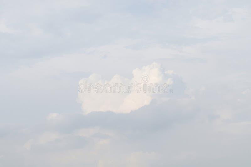 Ουρανός, άσπρος ουρανός, μαλακά άσπρα χνουδωτά σύννεφα ουρανού ουρανού σαφή, όμορφα άσπρα στοκ εικόνα με δικαίωμα ελεύθερης χρήσης