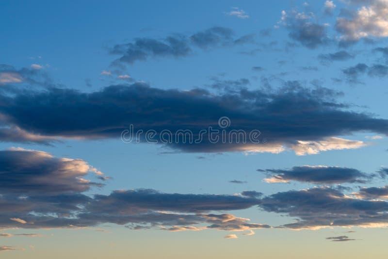 Ουρανός βραδιού και καταπληκτικά σύννεφα στοκ εικόνες με δικαίωμα ελεύθερης χρήσης