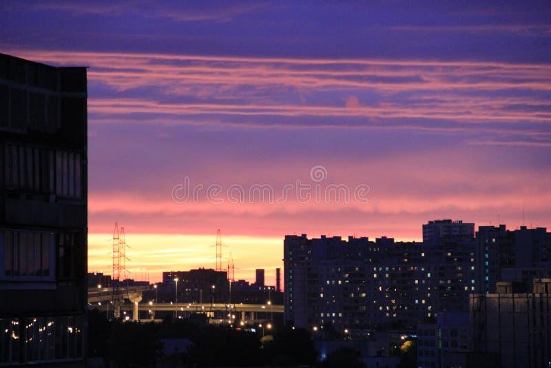 Ουρανός βραδιού πέρα από την πόλη στοκ φωτογραφία με δικαίωμα ελεύθερης χρήσης