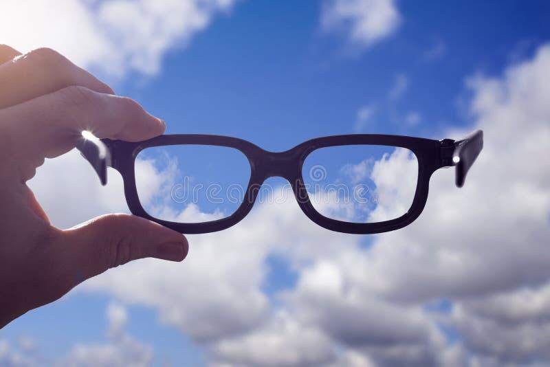 Ουρανός γυαλιών χεριών στοκ φωτογραφίες