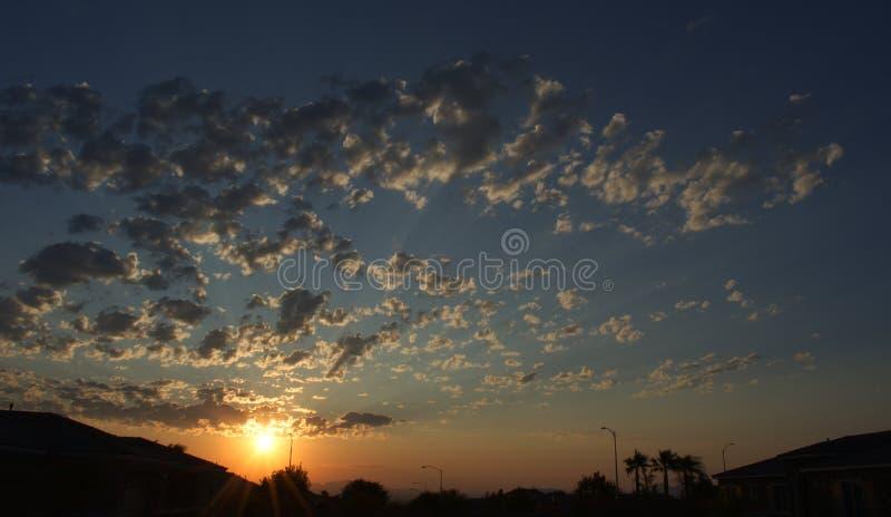 Ουρανός ερήμων στο ηλιοβασίλεμα Χρυσός με τα σύννεφα στοκ φωτογραφίες με δικαίωμα ελεύθερης χρήσης