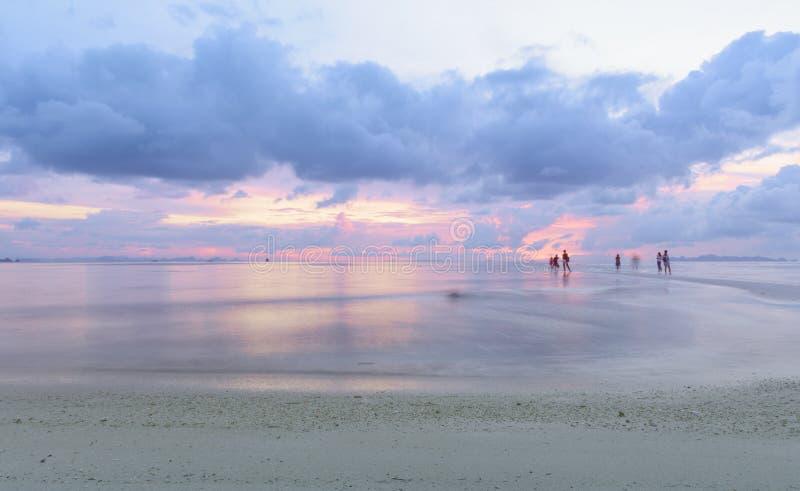 Ουρανός ηλιοβασιλέματος παραλιών και τροπική θάλασσα στο σούρουπο στοκ εικόνα με δικαίωμα ελεύθερης χρήσης