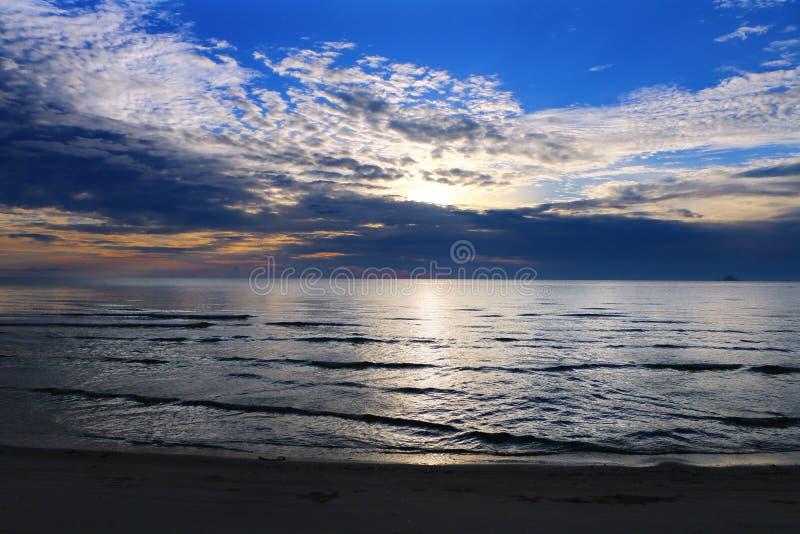 Ουρανός ηλιοβασιλέματος στην παραλία στοκ εικόνα με δικαίωμα ελεύθερης χρήσης