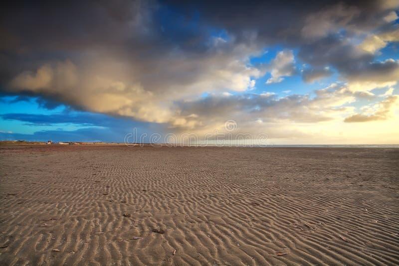 Ουρανός ηλιοβασιλέματος πέρα από την παραλία άμμου στοκ φωτογραφία με δικαίωμα ελεύθερης χρήσης