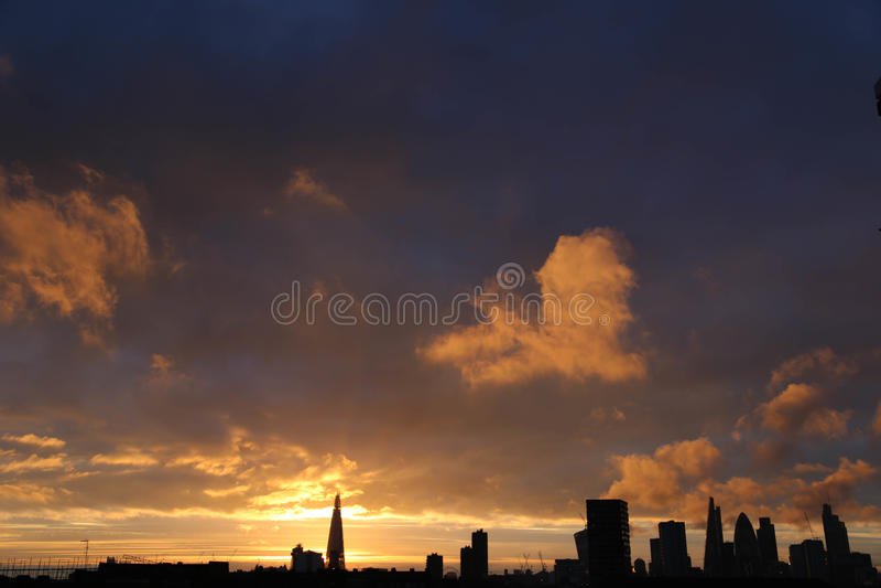 Ουρανός ηλιοβασιλέματος στην πόλη του Λονδίνου στοκ εικόνες