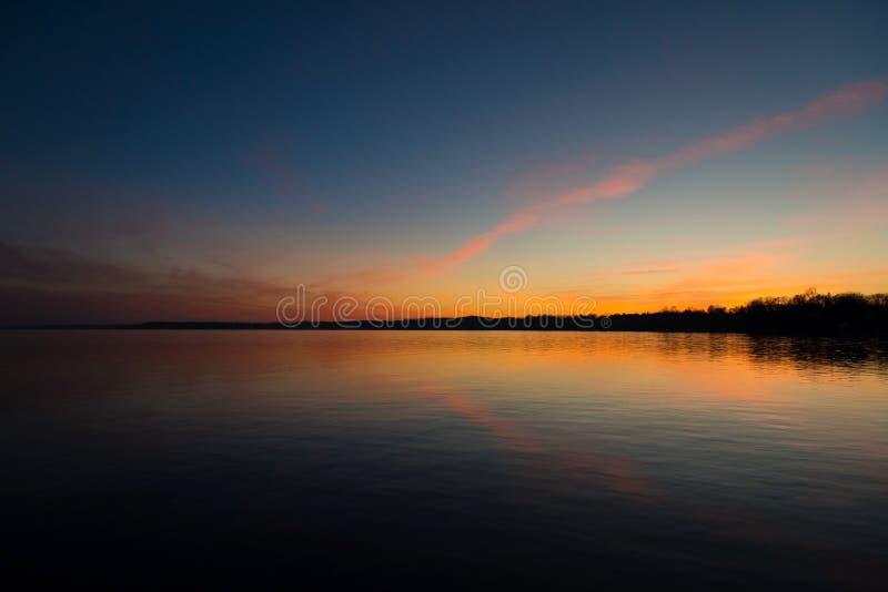 Ουρανός ηλιοβασιλέματος στη λίμνη μυστηριώδη στοκ εικόνες με δικαίωμα ελεύθερης χρήσης