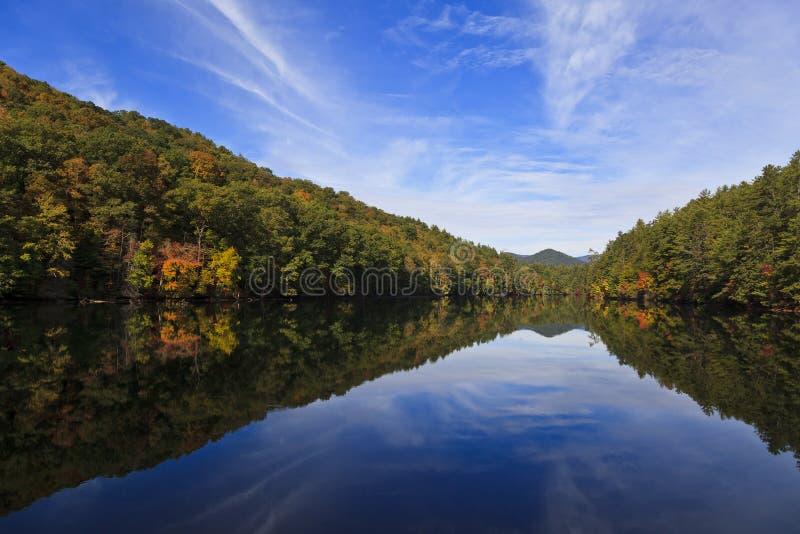 Ουρανός και βουνά που απεικονίζουν σε μια λίμνη στοκ εικόνες