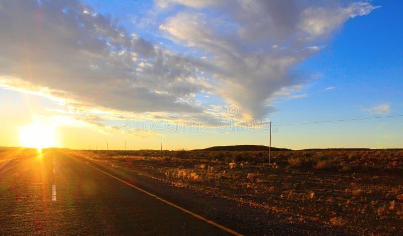 Ουρανός και δρόμος ηλιοβασιλέματος στην έρημο στοκ φωτογραφία με δικαίωμα ελεύθερης χρήσης