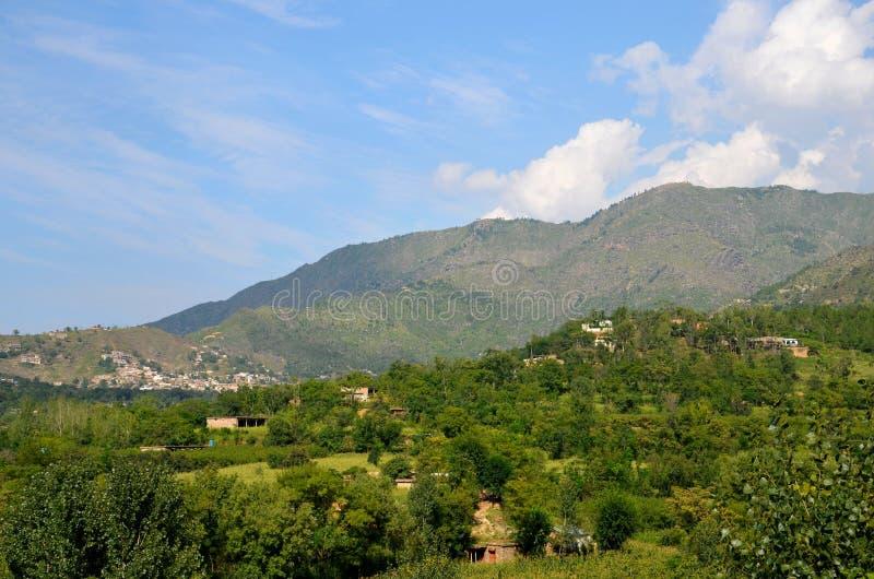 Ουρανός και σπίτια βουνών στο χωριό της κοιλάδας Khyber Pakhtoonkhwa Πακιστάν Swat στοκ εικόνα