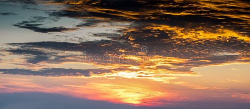 Ουρανός και σύννεφο στην αυγή, μαγική στην ανατολή στοκ φωτογραφίες με δικαίωμα ελεύθερης χρήσης