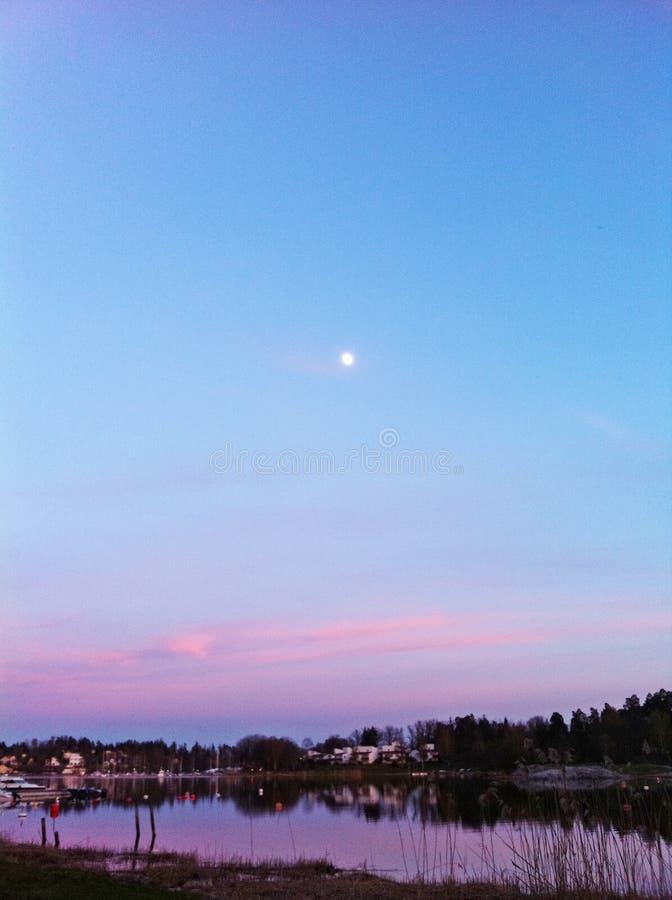 Ουρανός και φεγγάρι νερού στοκ εικόνα με δικαίωμα ελεύθερης χρήσης