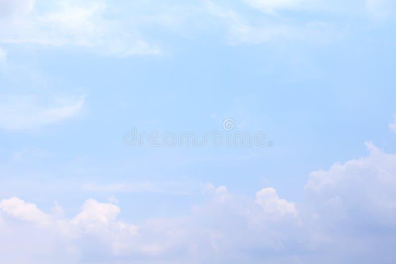 Ουρανός, μαλακά χνουδωτά σύννεφα ουρανού μπλε ουρανού σαφή, όμορφα μπλε άσπρα στοκ εικόνες