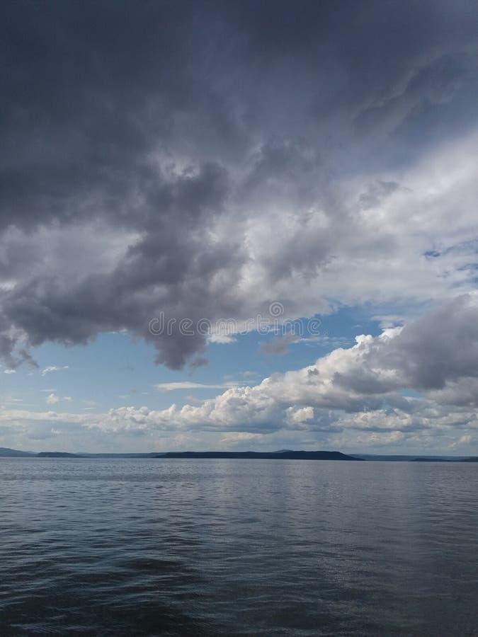 Ουρανός με γκρι σύννεφα και μπλε θάλασσα στοκ εικόνα
