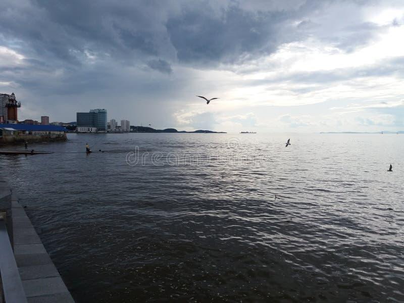 Ουρανός με γκρι σύννεφα και μπλε θάλασσα στοκ φωτογραφίες με δικαίωμα ελεύθερης χρήσης