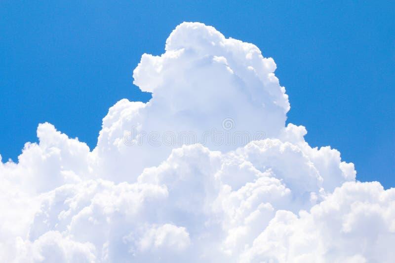 Ουρανός με μεγάλο ενιαίο όμορφο σύννεφων, άσπρα, μεγάλα σύννεφα σύννεφων μπλε ουρανού μεγάλα στα μαλακά σαφή, χνουδωτά σύννεφα ου στοκ φωτογραφία με δικαίωμα ελεύθερης χρήσης
