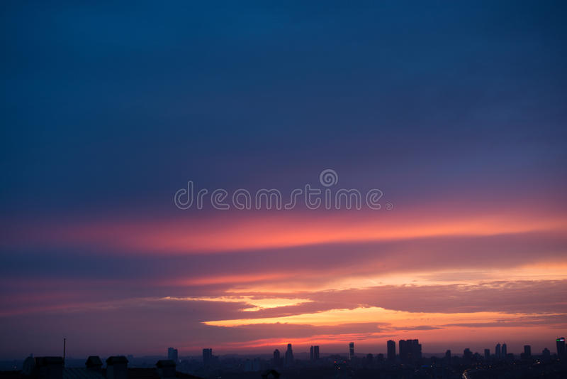Ουρανός με τα ζωηρόχρωμα σύννεφα στοκ εικόνες