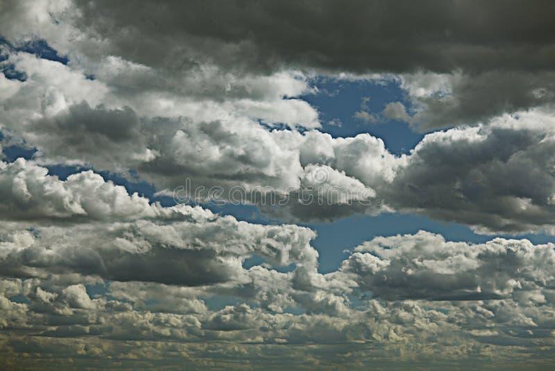 Ουρανός με τα παχιά σύννεφα στοκ εικόνες με δικαίωμα ελεύθερης χρήσης