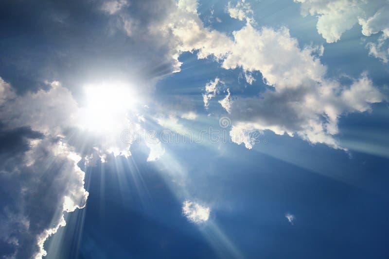 Ουρανός με τα σύννεφα - ηλιαχτίδες στοκ φωτογραφίες