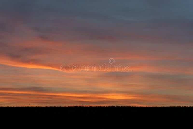 ουρανός με τα σύννεφα και τον ήλιο στοκ φωτογραφίες