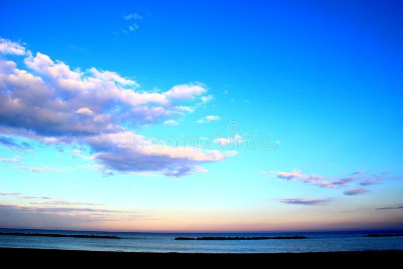 Ουρανός με τα ethereal σύννεφα πέρα από τη θάλασσα στοκ εικόνα