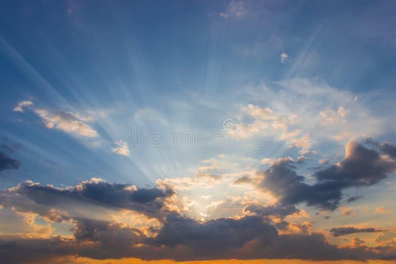 Ουρανός με τις ηλιαχτίδες από πίσω από σύννεφα στο ηλιοβασίλεμα στοκ εικόνα