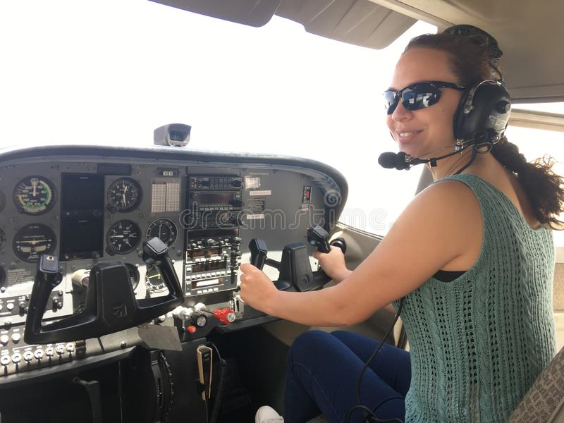 Ουρανός μόδας πτήσης κοριτσιών αεροπλάνων στοκ εικόνα