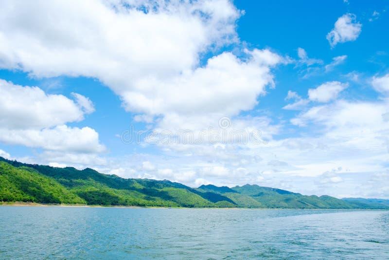 Ουρανός ποταμών λιμνών βουνών και φυσική έλξη στοκ εικόνες