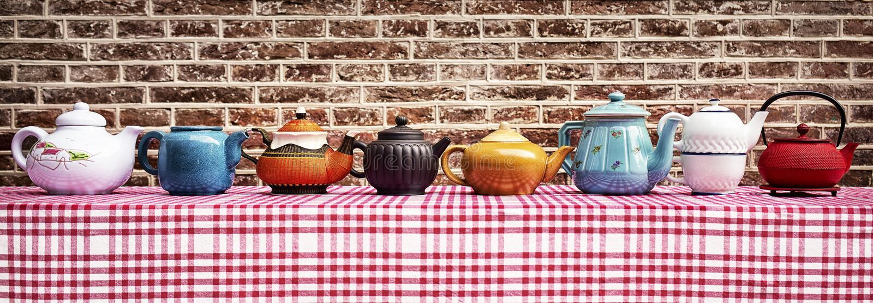 Ουρανός ποτών ` s τσαγιού - μια διάταξη 7 διαφορετικά teapots Συγκομιδή αυτό για να ανταποκριθεί στις ανάγκες σας στοκ εικόνες