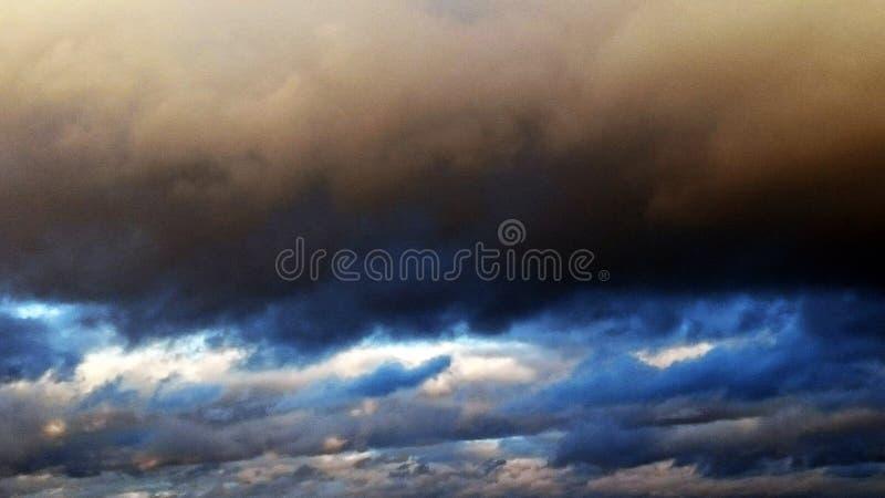 Ουρανός πριν από τη θύελλα, σύννεφα στοκ εικόνες