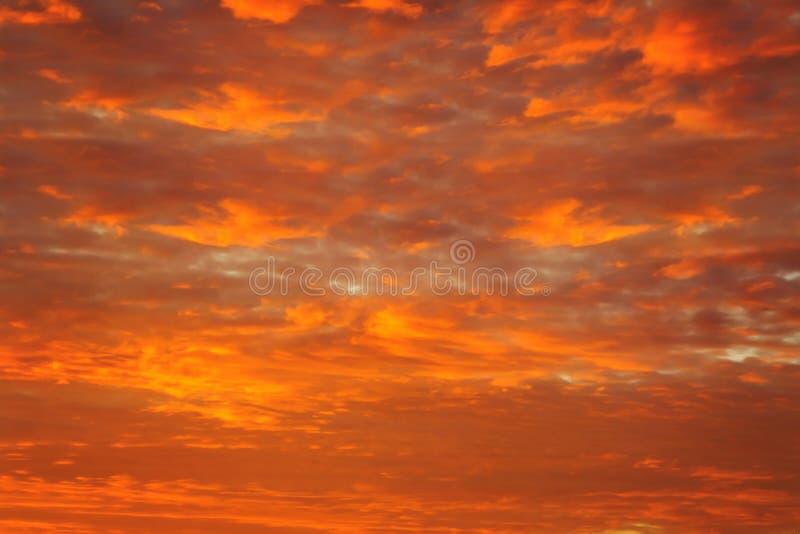 Ουρανός στα πορτοκαλιά χρώματα η επίδραση της ελαφριάς κρητιδογραφίας που χρωματίζεται των σύννεφων ηλιοβασιλέματος καλύπτει στο  στοκ εικόνες με δικαίωμα ελεύθερης χρήσης