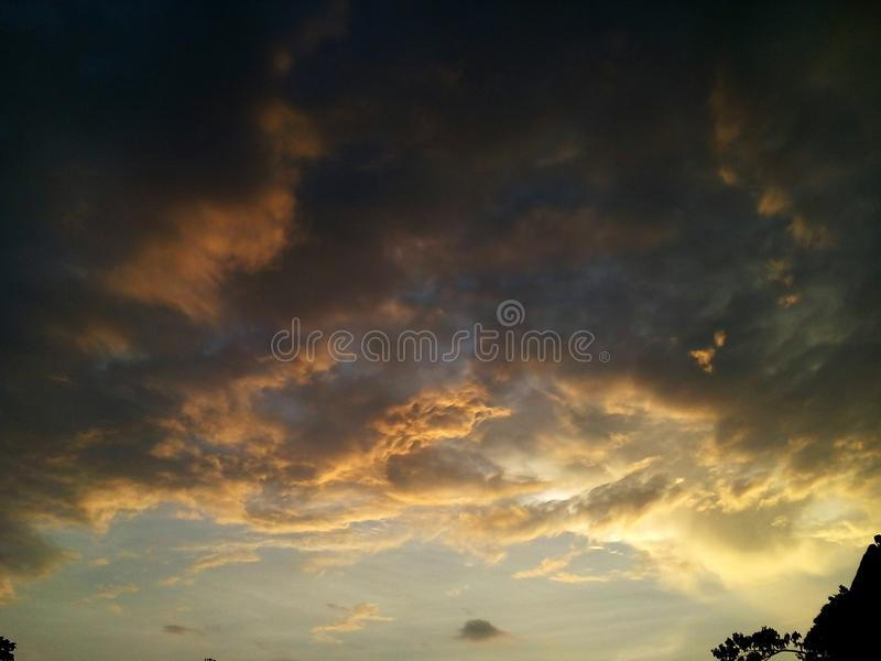 Ουρανός στα φω'τα και το σύννεφο στοκ φωτογραφίες με δικαίωμα ελεύθερης χρήσης