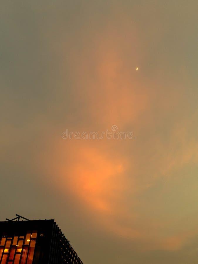 Ουρανός στο ηλιοβασίλεμα και την άνοδο του ημισεληνοειδούς φεγγαριού, monotone στοκ εικόνα με δικαίωμα ελεύθερης χρήσης